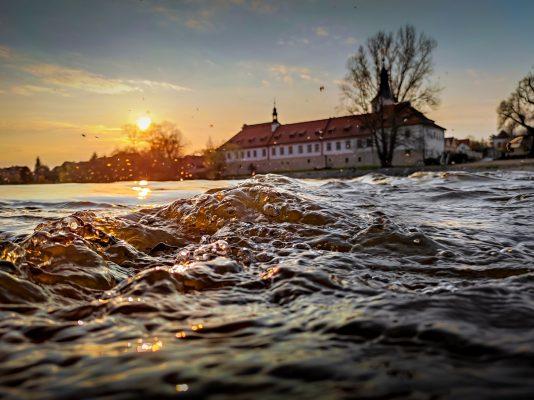 Mušky laškující nad žhavou večerní řekou | foto: Daniel David | 2. místo kategorie 3 (nad 18 let)